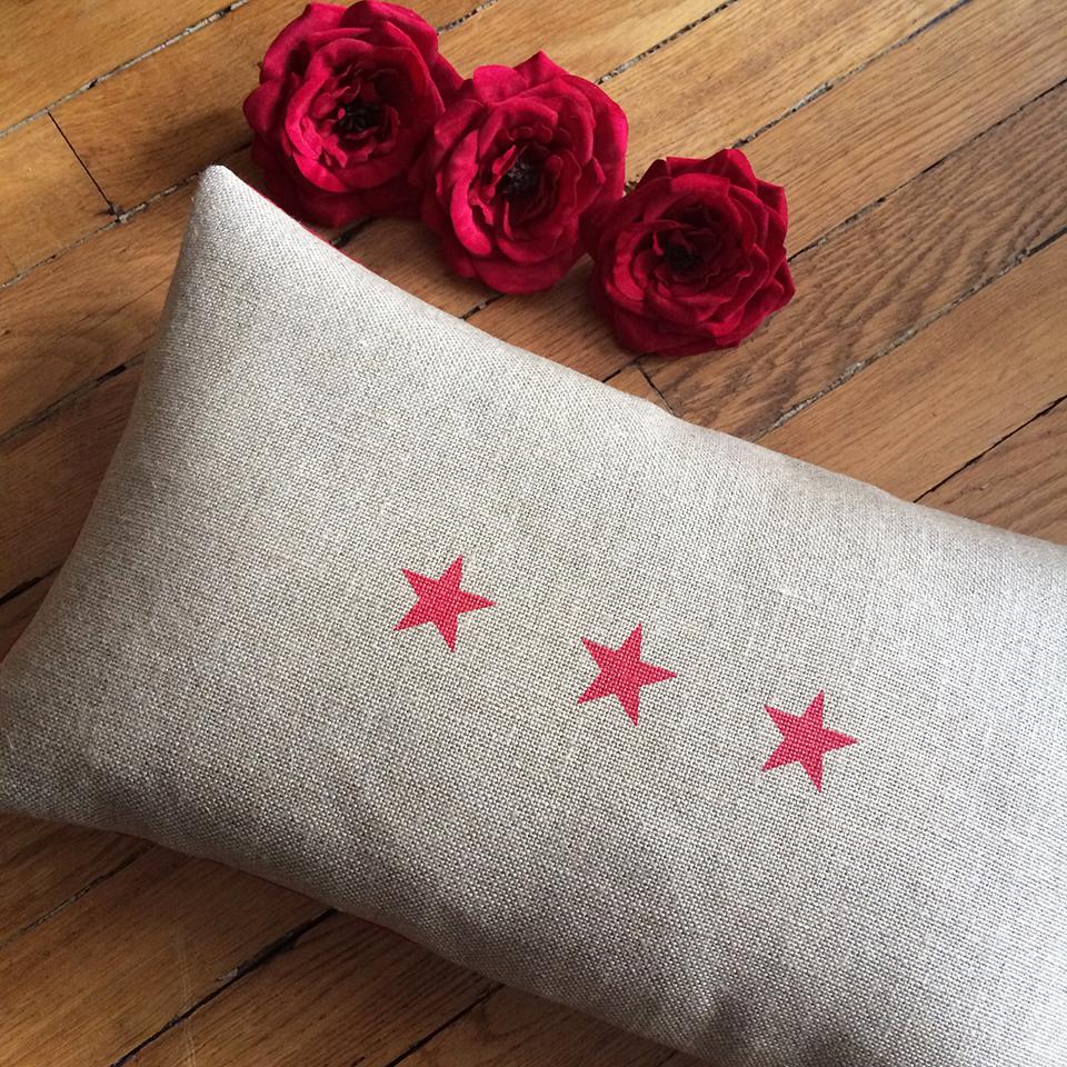 coussin lin 3 toiles rouges affaires de famille. Black Bedroom Furniture Sets. Home Design Ideas